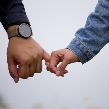 繋ぎ 恋人 恋人繋ぎは当たり前?恋人繋ぎをする心理と二人の関係性についてまとめ!