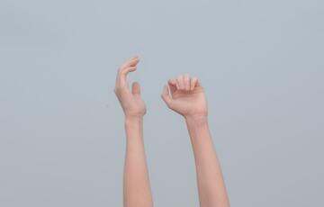 腕の夢の意味17選!切断・なくなる・掴まれる・動かないなど【夢占い】