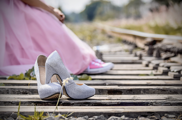足の甲の靴擦れの要因や防止策は?便利な防止アイテムや対処法をチェック