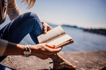 知的な女性とは?魅力的な6つの特徴や知的な女性になるための方法も紹介